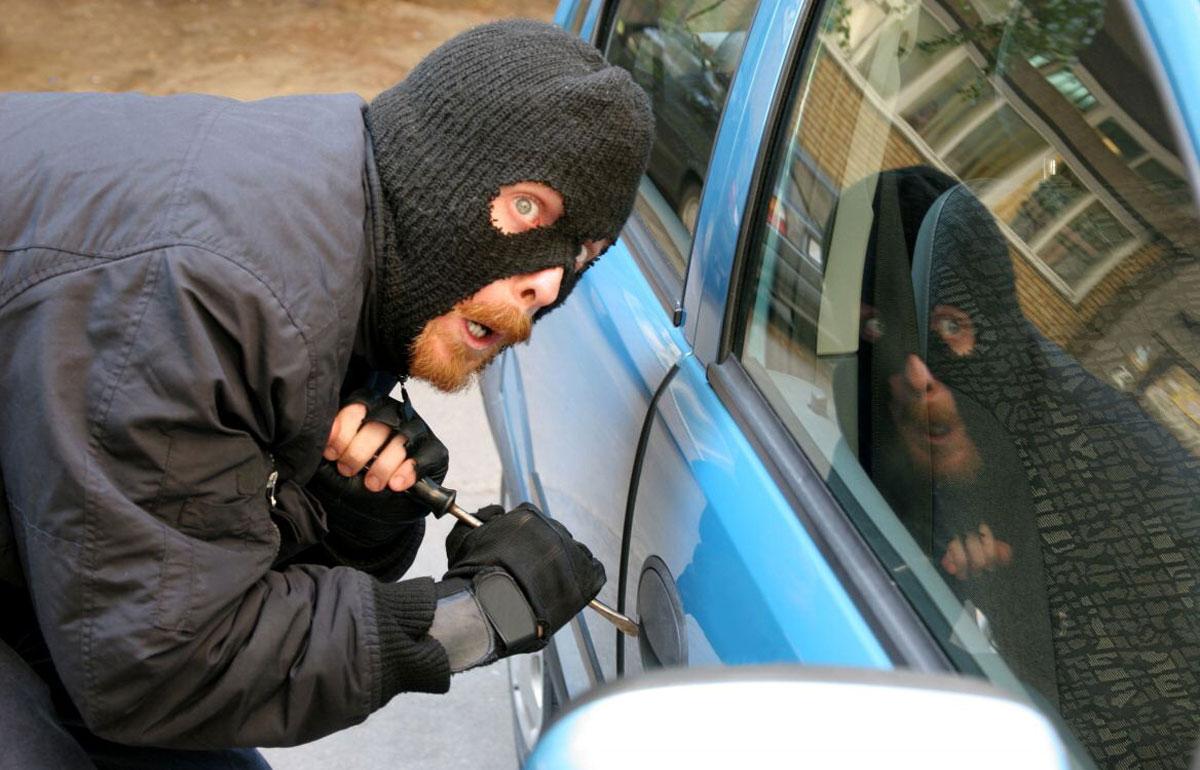 На довбаних Ямпільських дорогах поліція  від сьогодні зупинить кожного водія. А раптом машина крадена?